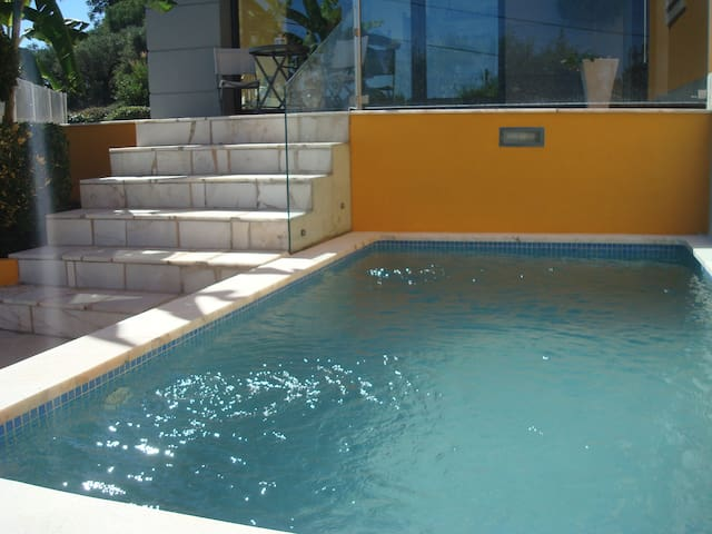 Pequena piscina, reabilitada de um antigo tanque típico  |  Small swimming pool, restaured from an old and typical water reservoir.