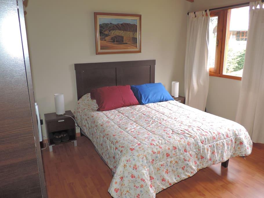 Dormitorio en planta alta con cama matrimonial, placard, TV, WIFI, ventilador