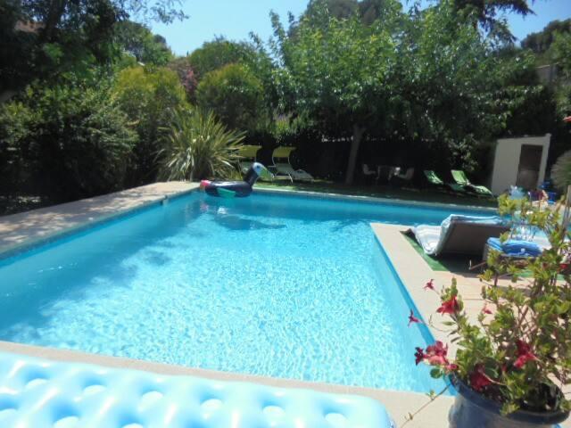 Grande piscine en L , réservée exclusivement aux locataires de la villa .