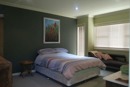 QS bed, private bath, Wifi - Adamstown