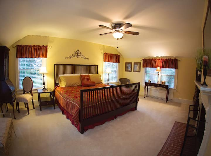 The Colonial Manor B&B *The Goode Suite