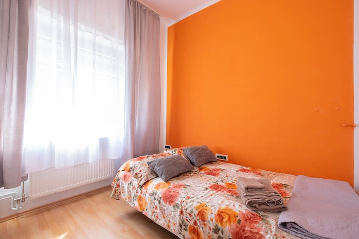 Cosy room for two+ free parking + wifi