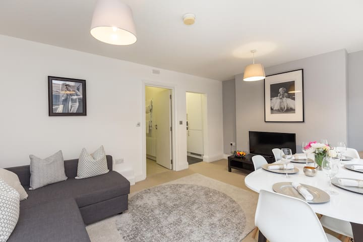 Large Apartment next to Selfridges (Sleeps 6)