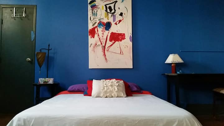 Fab Art Loft=Blue Room, Convenient to all, HITS!!!