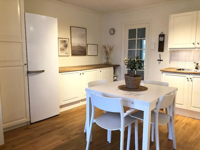 Hus med 4 soverom. Ligger i Veavågen på Karmøy. .