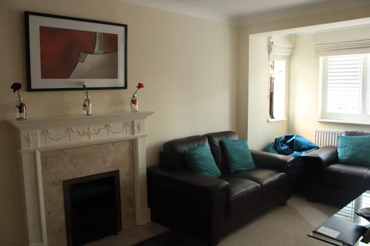 Burghfield - Beautiful Split Level 4 Bedroom House