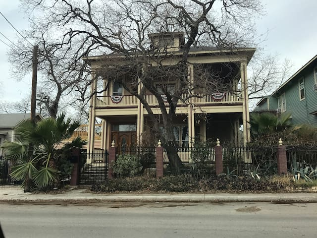 Historic Large Home 2 blocks from Alamodome