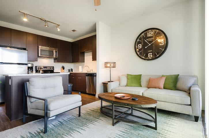 Modern condo, 2 miles from downtown w/ shared pool, hot tub, & gym