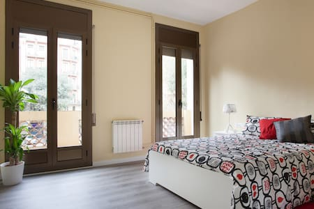 double room in 200 m2 flat, all refurbished  brand new towels and lots of light  the room has a small terrace  no people live in the flat