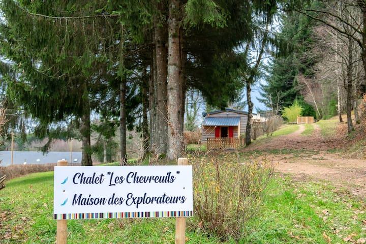 Chalet et maison côte à côte en pleine nature