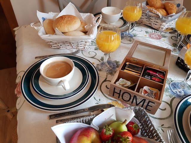 café, tostadas, croissants, zumo, fruta...