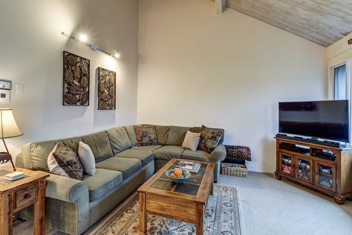 Cozy mountain condo near ski slopes w/ 3 shared pools, hot tub, other amenities
