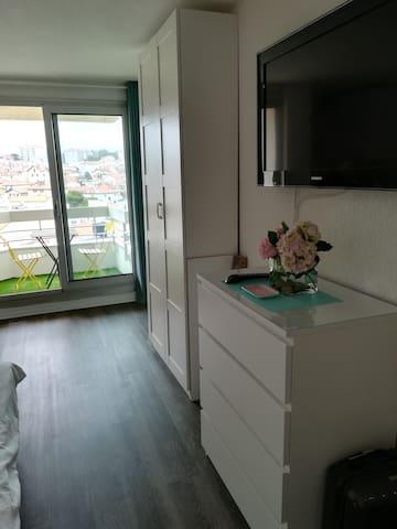 De nombreux rangements avec grande baie vitrée donnant sur une vue imprenable sur la ville de Biarritz
