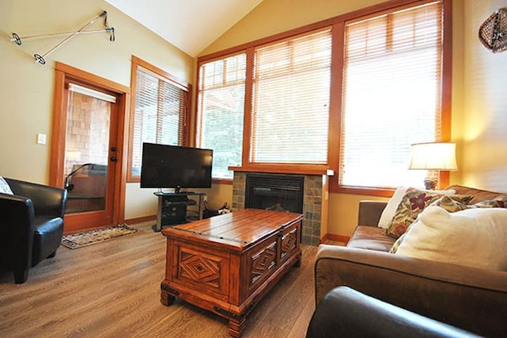 Settler's 14: Ski-In/Out 2BD with Private Hot Tub