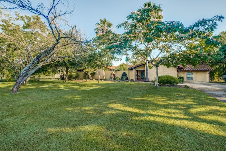 Hacienda on 1 Acre/pool/barn/ in the med center