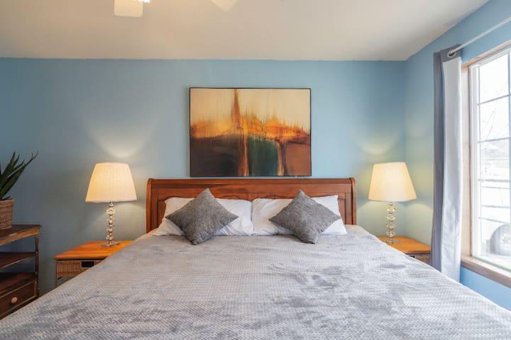 Modern King Suite Near Parks & Minutes to Boulder
