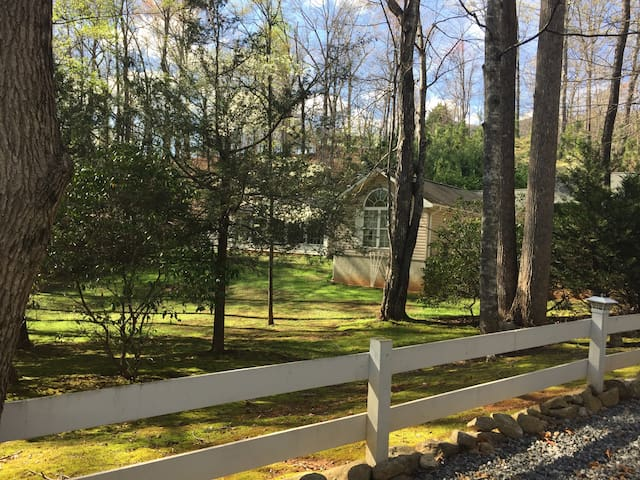 White Laurel Guest House - Lake Lure - Bed & Breakfast