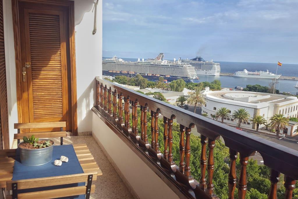 Vistas al mar y al puerto con cruceros