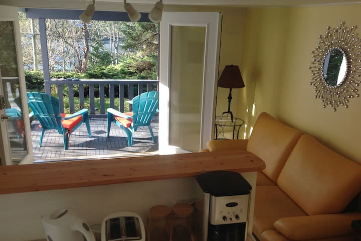 Adeles Bed and Breakfast - Snug Cove - Bowen Island - Guest suite