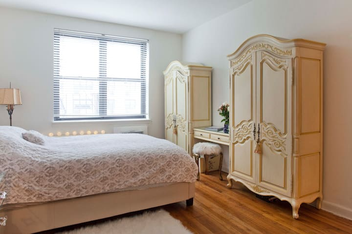 Gorgeous Sunny Studio step away from Central Park