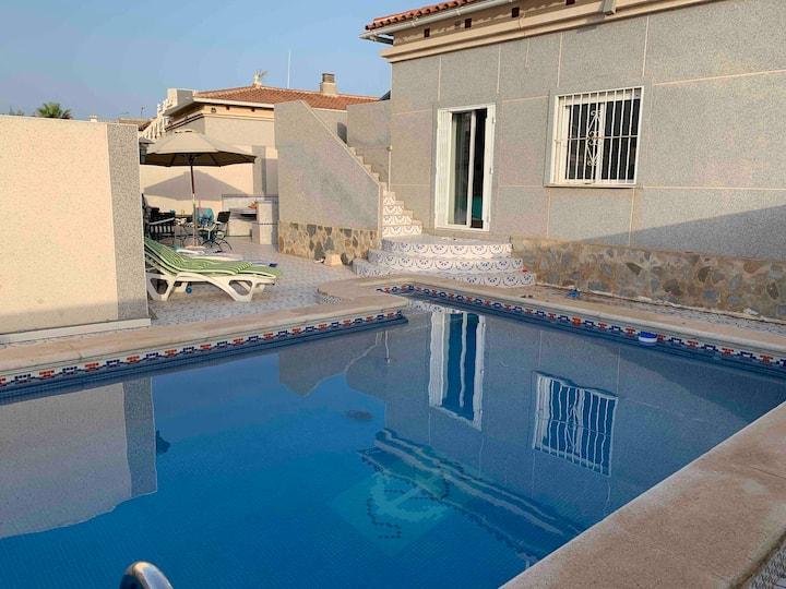 Familiens egen feriebolig med stor privat pool