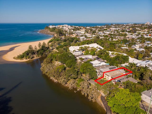 Lakeside Apt. 100m to Moffat Beach and surrounds