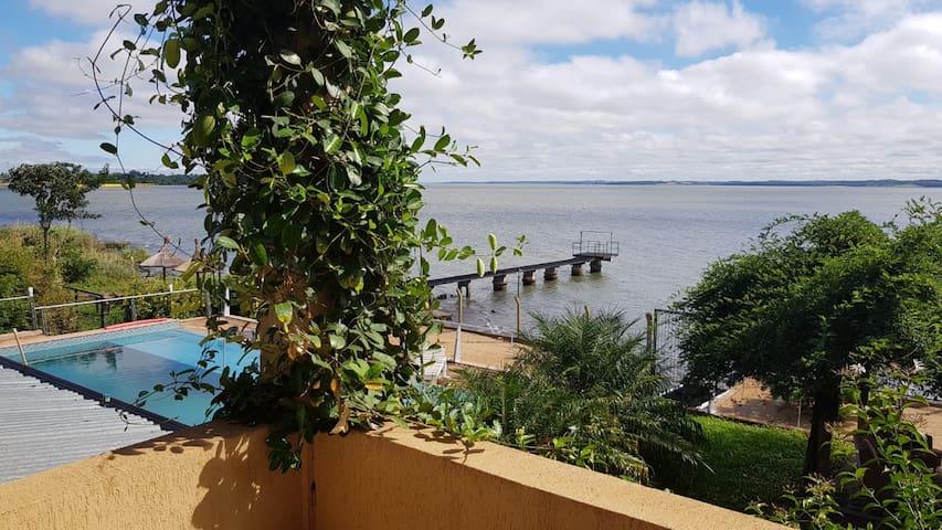 Casa con salón de eventos, playa privada y pileta