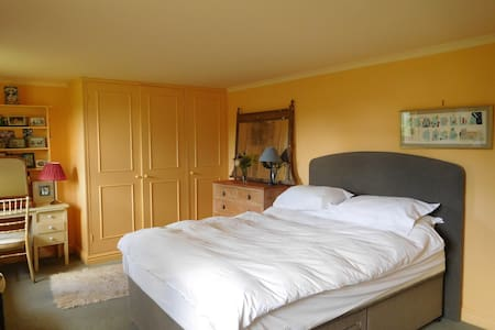 Double bedroom within the house - Salisbury  - Bed & Breakfast
