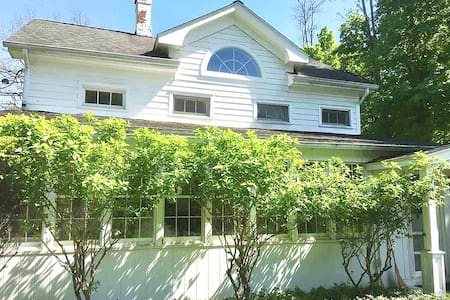 Charming 1851 Renovated Cottage for All Seasons