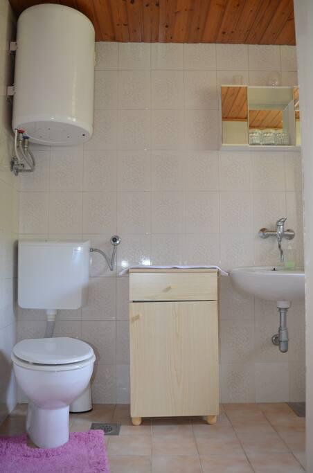 Bathroom with shower/ Bagno con doccia/ Salle de bain avec douche /Baño con ducha