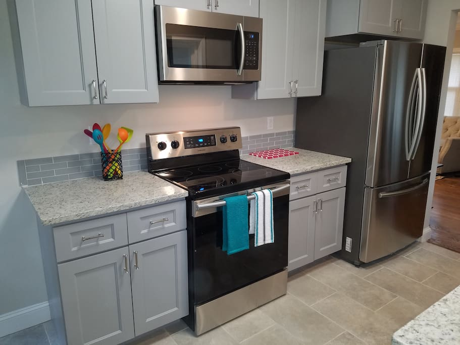 NEW KITCHEN CABINETS WITH GRANITE COUNTERTOPS. SAMSUNG NEW STAINLESS STEEL APPLIANCES