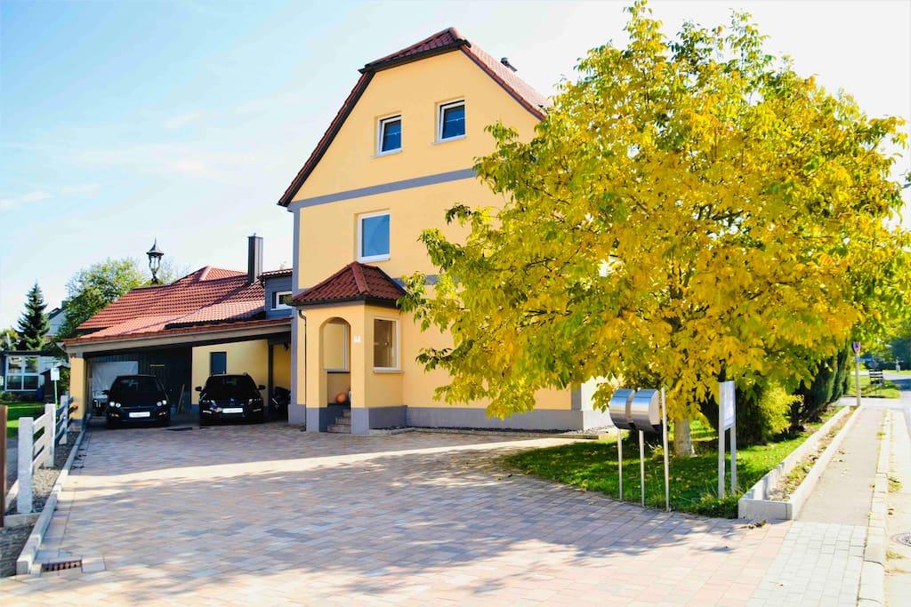 Haus mit eigenem Gästeparkplatz vor der Haustüre