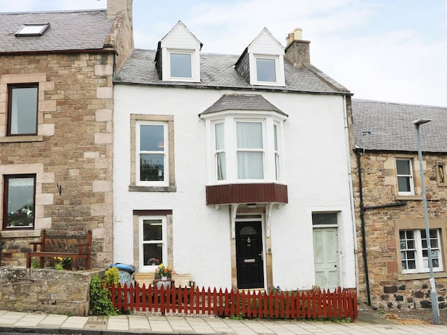 CASTLEVIEW COTTAGE in Jedburgh, Ref 961555