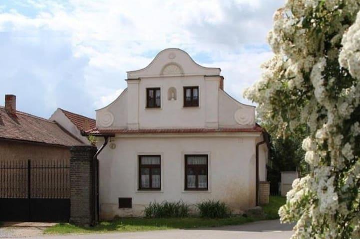 Zrekonstruovaná historická chalupa v Hrusicích