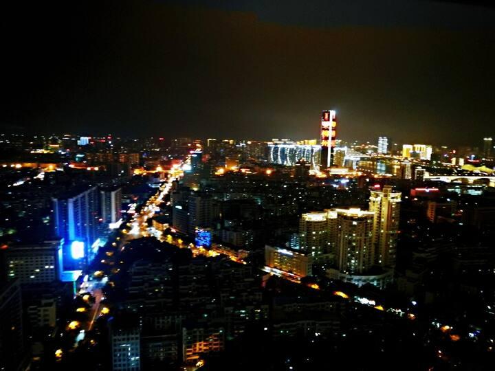 柳州市中心步步高广场地王公馆.云阁,高层江景温馨中式情侣房