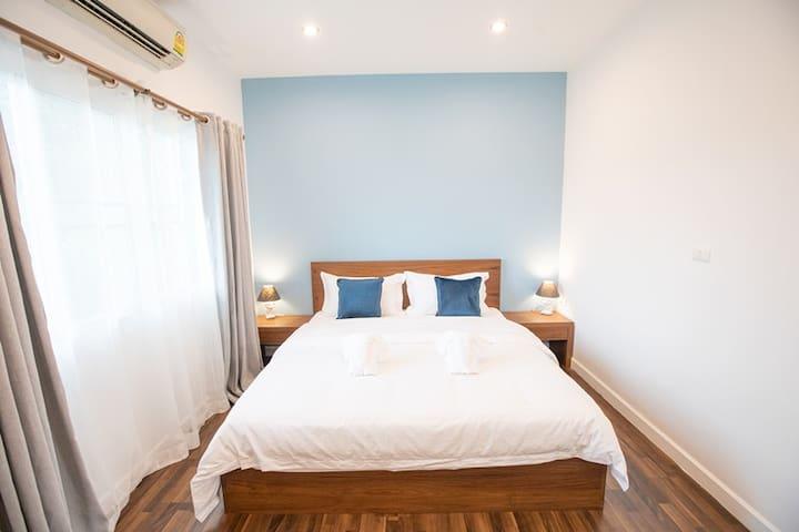 1.8米大床,适合情侣或家庭,所有床品也同样为希尔顿酒店标配,两侧台灯,如果有睡前阅读的习惯,也不会打扰到你的另一半