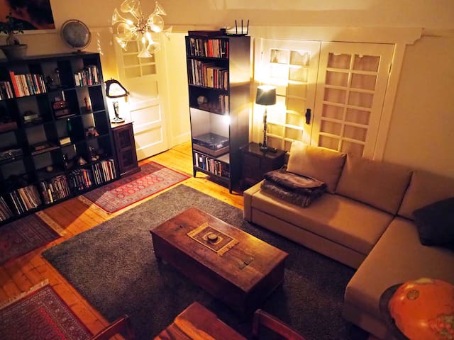 Welcome Home; Cosy Art Deco Lounge, high ceilings, beautiful lamps