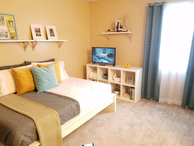 Newly furnished private room close to downtown