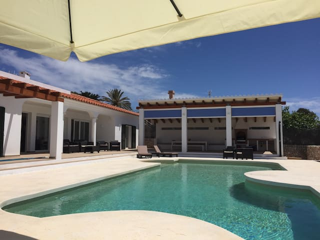 Luxury 5 Bed, 4 Bath Villa, Stunning Saline Pool - Binibequer - Villa