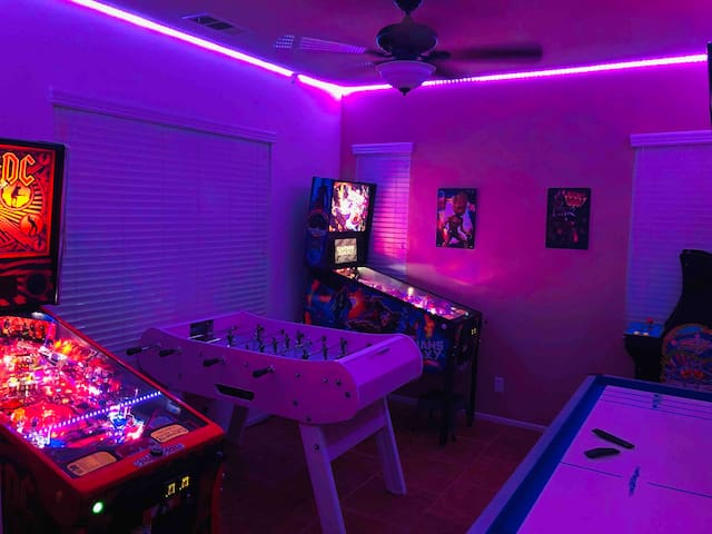 NEW EVERYTHING! GOLF/POOL AND LAKE VIEW! GAME ROOM