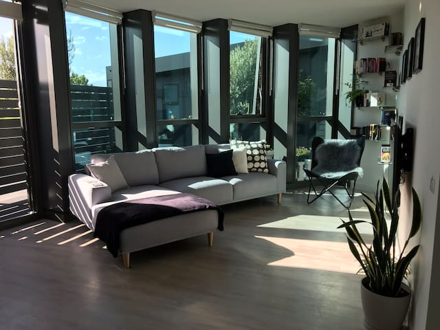 Sunny Terrace Apartment in the Heart of Richmond