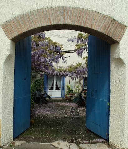 Les Glycines - period cottage & pretty courtyard