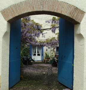 Les Glycines - period cottage & pretty courtyard - Llupia