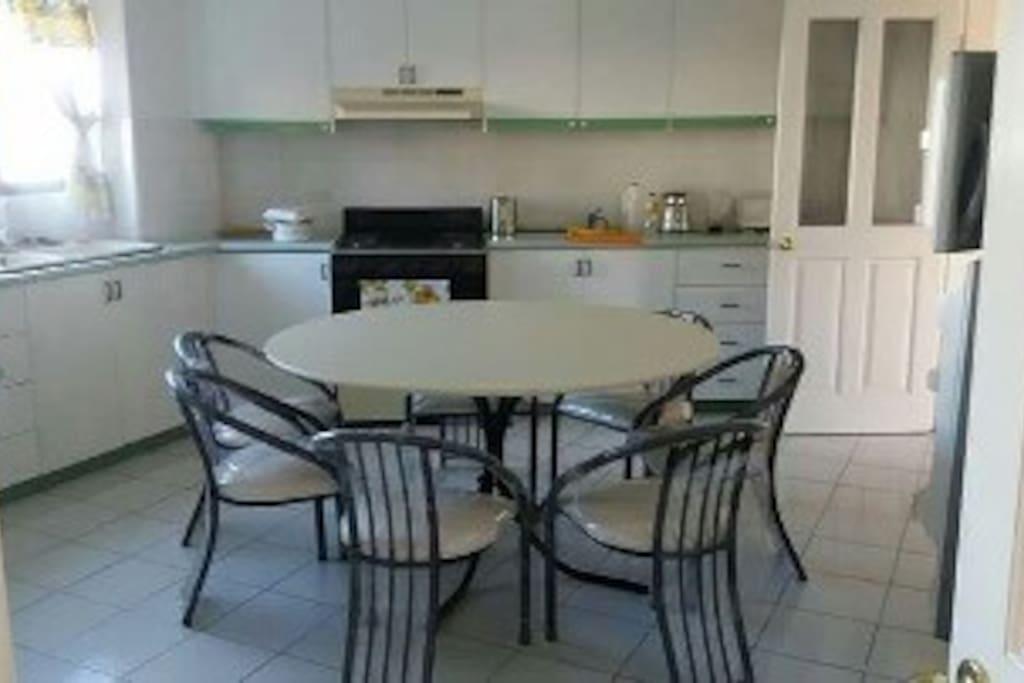 Amplia cocina y comedor espacio compartido
