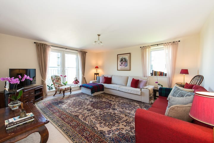 Spacious Flat with Balcony, Fast WIFI & Parking