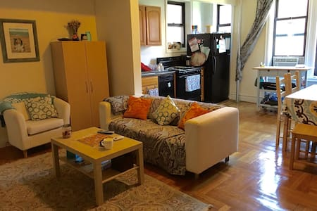 Bright 1 Bedroom Apt Near Attractions and Transit - Bronx - Apartment