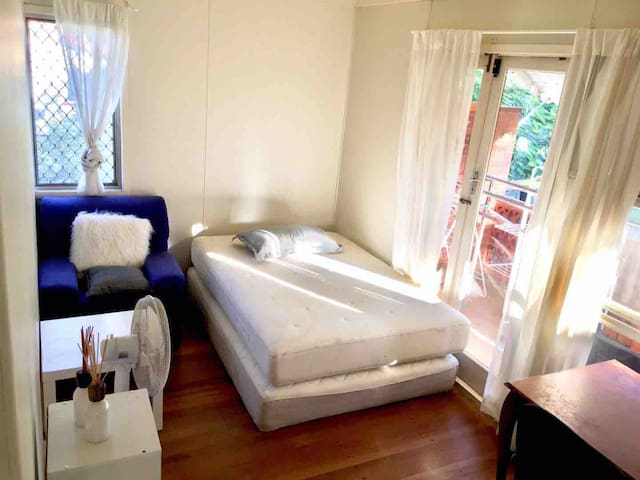 Altandi Train Station Room for rent Queen bed