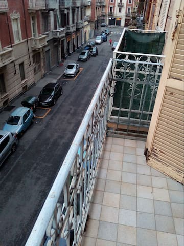 Balcone due sulla strada