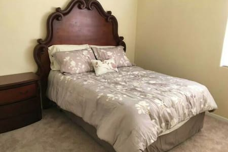 Large guest bedroom - House