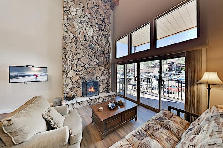 Ski-In, Ski-Out! Top-Floor Mountain-View Getaway